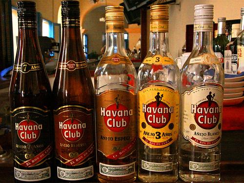 variedad de licores nacionales e importados rones